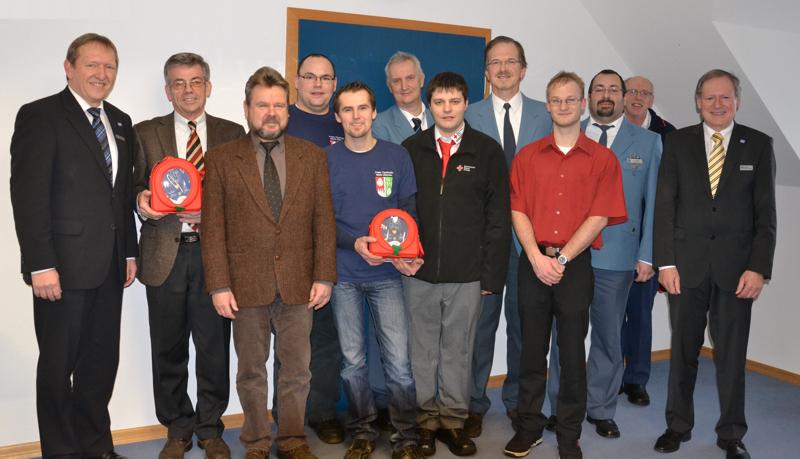 Dir. Michael Zeuch (li.) Und Dir. Helmut Kraft (re.) Mit Den Spendenempfängern Bei Der Übergabe Am 17. Januar 2013