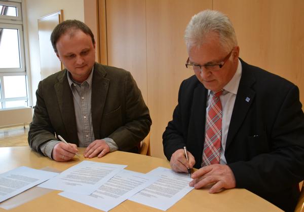 Sebastian Cichon Und Winfried Rauch Bei Der Unterzeichnung Des Kooperationsvertrages.