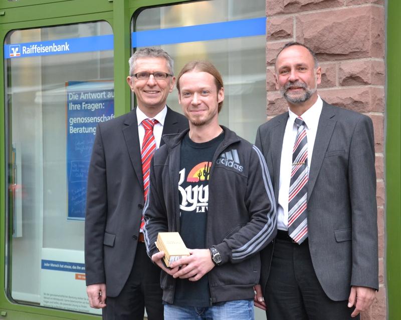 V.l.n.r. Regionaldirektor Dieter Hechelmann, Jürgen Köhler, Privatkundenberater Joachim Rauch