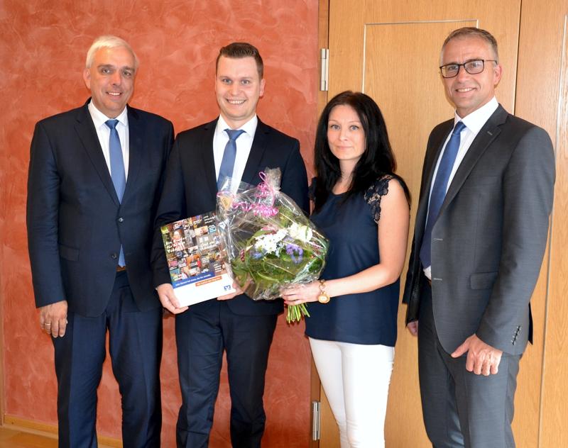 V.l.n.r.: Dir. Manfred Heuer, Finanzberater Marco Gehrling, Monika Kralikova, Dir. Andreas Fella